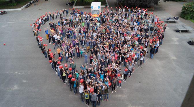 Eine ganze Schule übt Leben retten