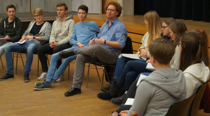 Intendant der Burghofbühne Dinslaken stellt sich Schülerfragen