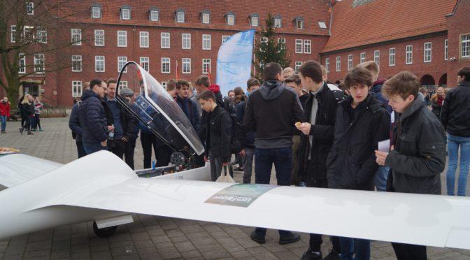 Segelflugzeug auf Schulhof gelandet